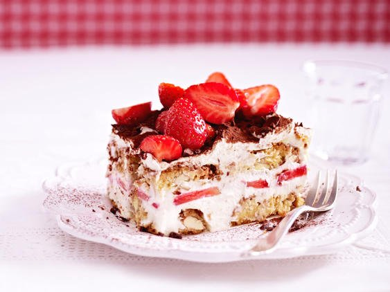 Tiramisu mit Erdbeeren mit Kakaopulver bestäubt