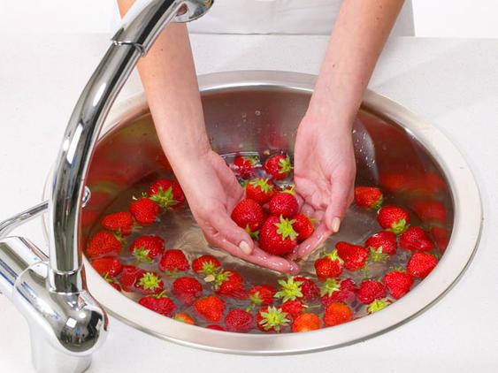Erdbeeren waschen und putzen Erdbeer-Tiramisu