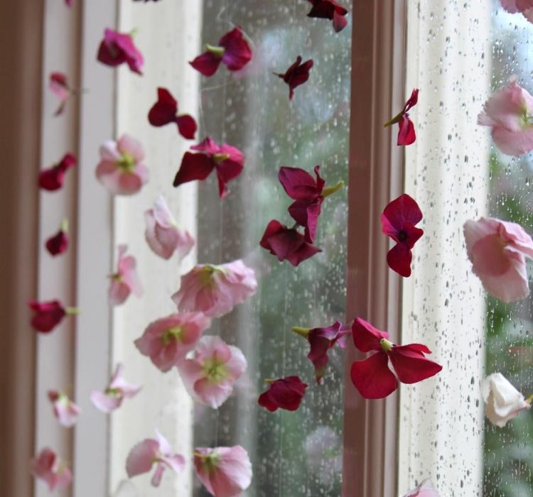stilvolle Girlande aus künstlichen Blumen Fenster