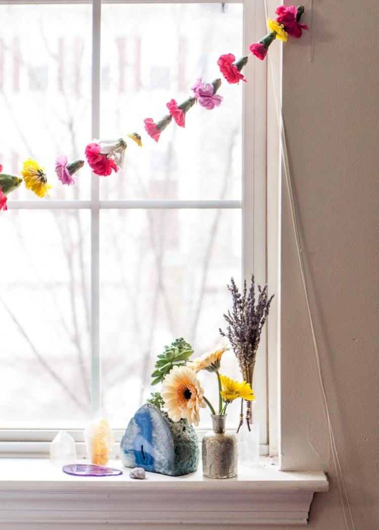 Girlande aus künstlichen Blumen DIY