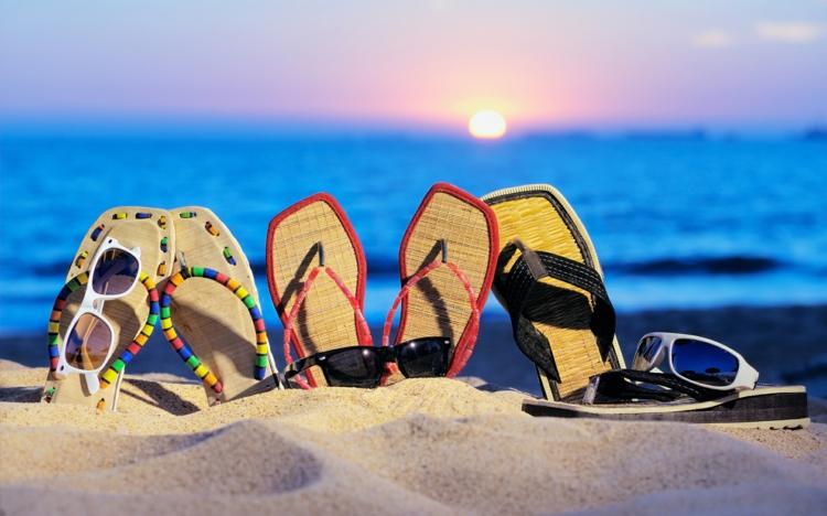 Strandtasche Flip-Flops tragen