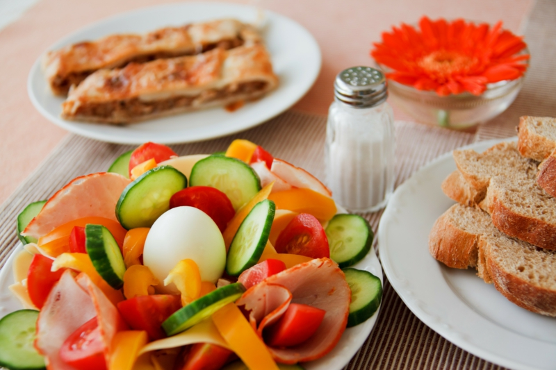 gesundes Frühstück Gemüse Bacon gekochte Eier