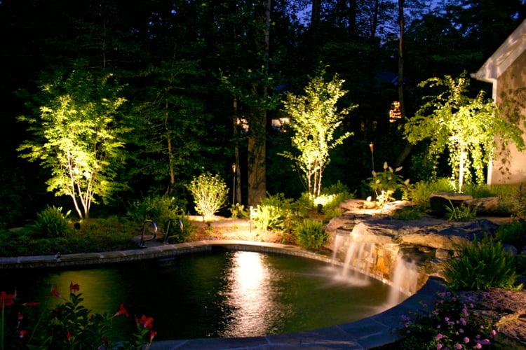 Gartenteich mit Wasserfall Akzentbeleuchtung