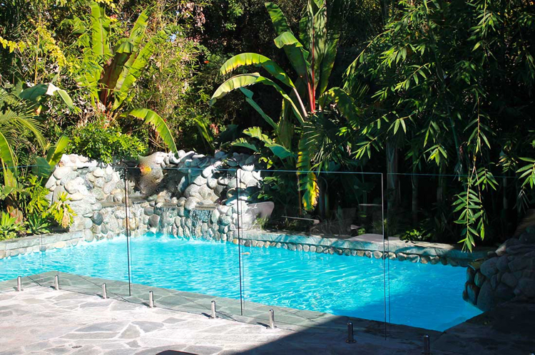 Garten mit luxuriösem Pool
