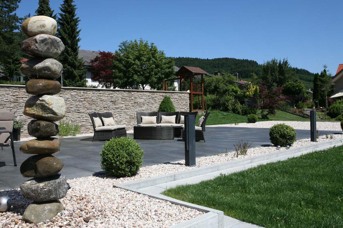 Gartengestaltung modern Sitzmöglichkeiten schaffen Sofa