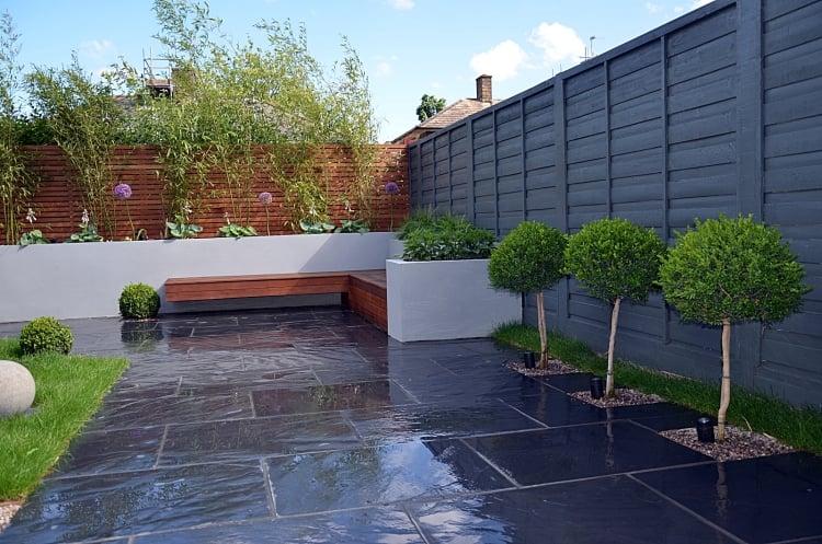 Gartengestaltung modern hoher Zaun Trittfliesen Marmor
