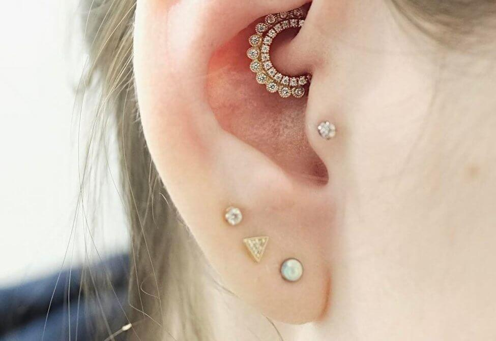 High Lobe Piercing drei Ohrlöcher Frau stilvoller Look