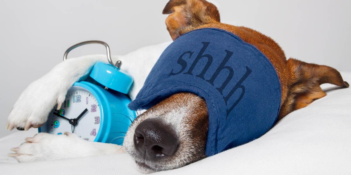 eine Schlafmaske tragen leichter einschlafen