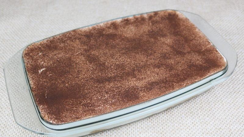das fertige Dessert mit Kakaopulver bestäuben