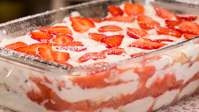 das Dessert in den Kühlschrank stellen