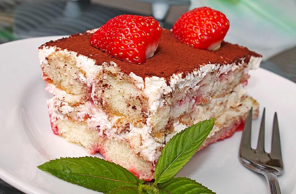 Erdbeer-Tiramisu mit Kakao und Minzblättern