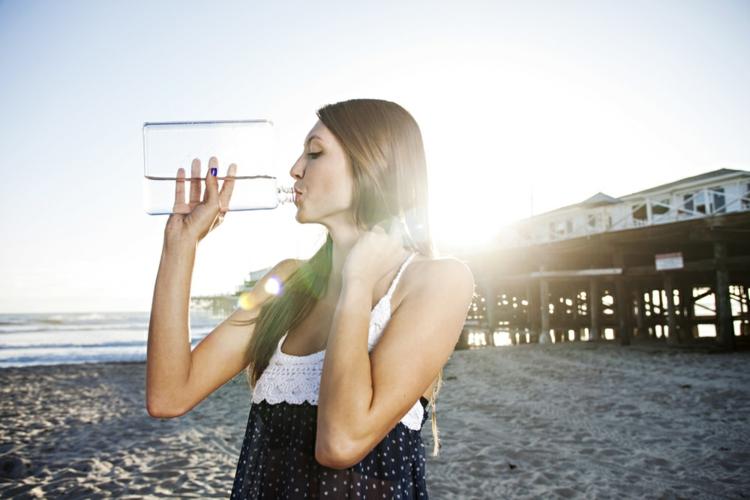 Strandtasche packen Wasserflasche