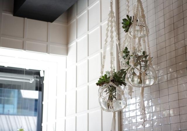 Blumenampeln in Weiß stilvoll