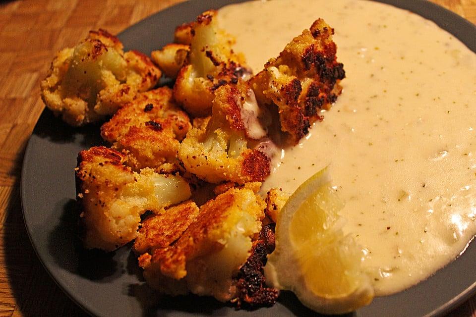 leichtes Abendessen Blumenkohl mit Käsesoße und Zitrone