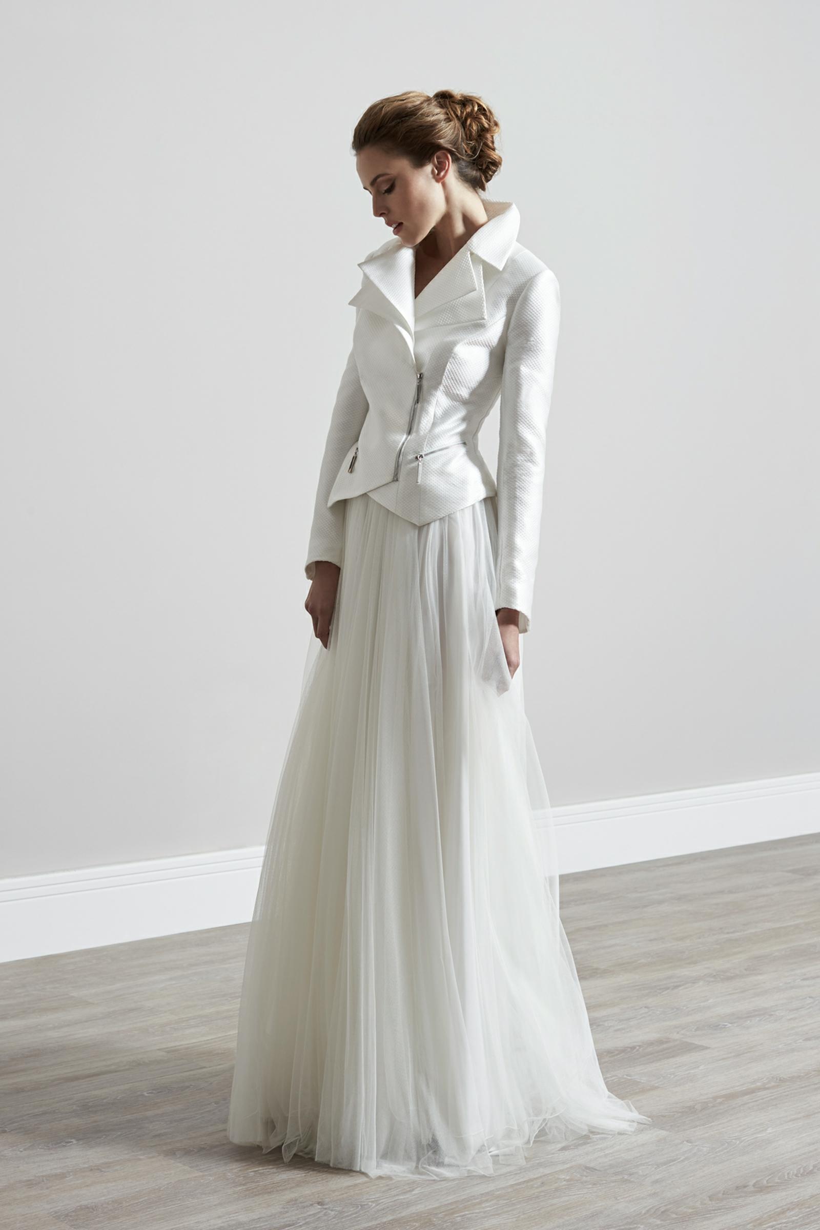 Hochzeitskleid Winter weiße Lederjacke chic
