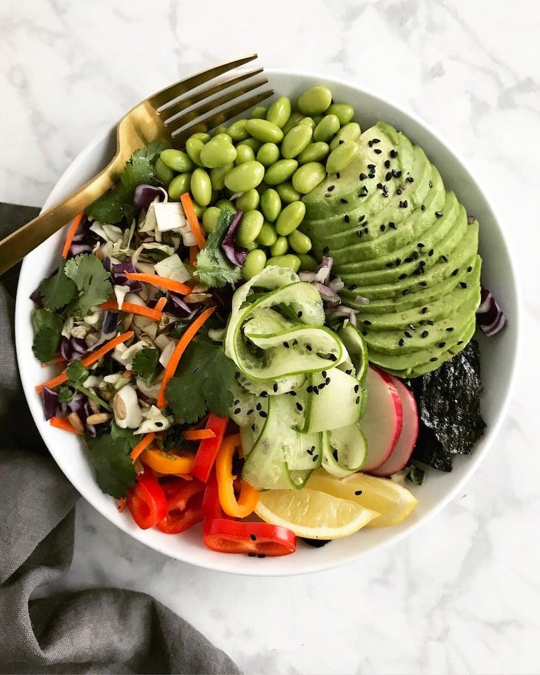 grüner Buddha Bowl mit frischem Gemüse