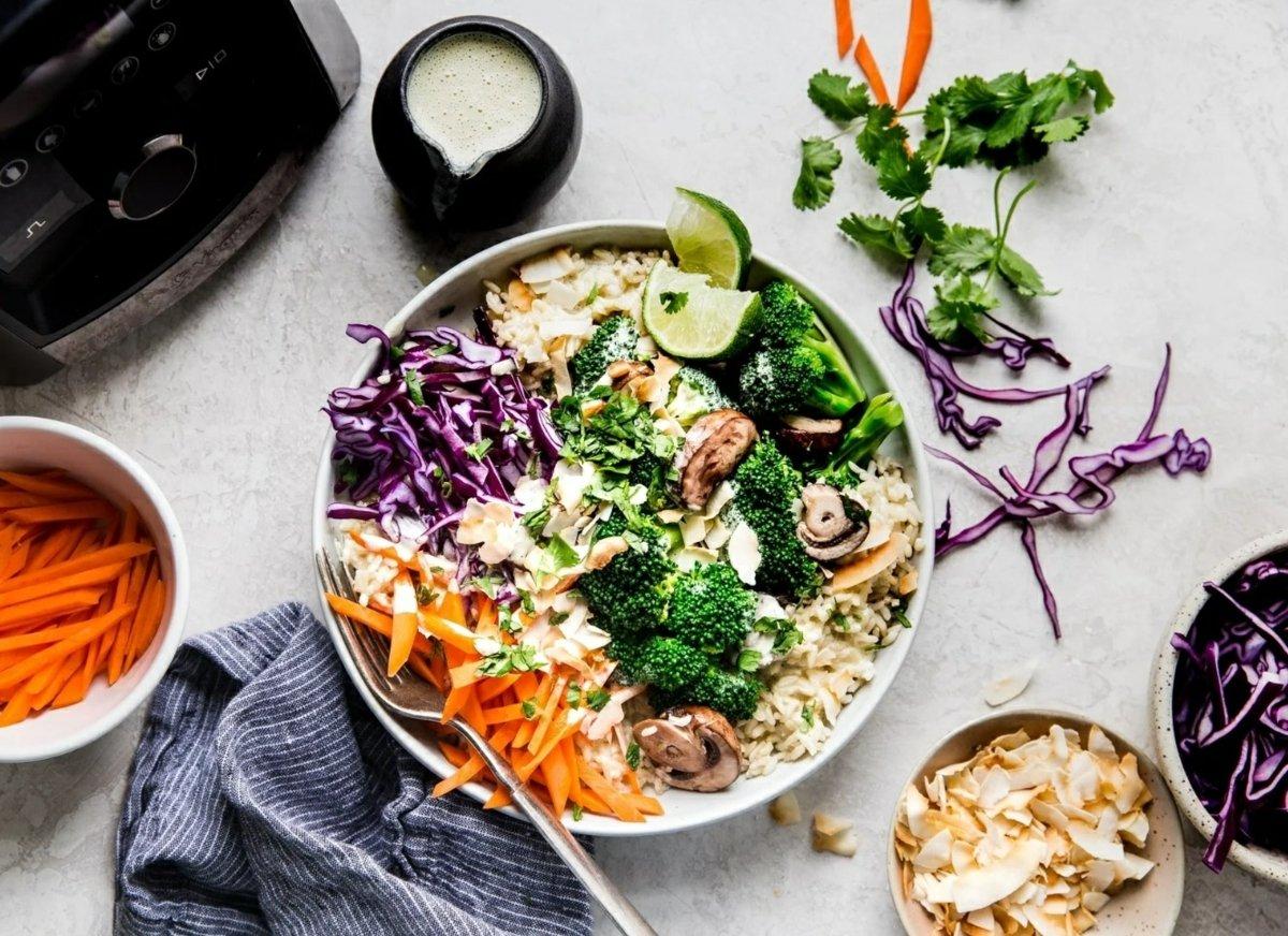 Buddha Bowl Rezepte vegetarisch Gemüse mit Currysoße