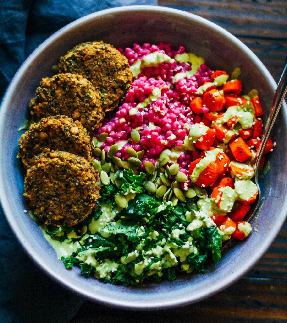 Mittagsbowl mit Gemüse und veganen Falafeln