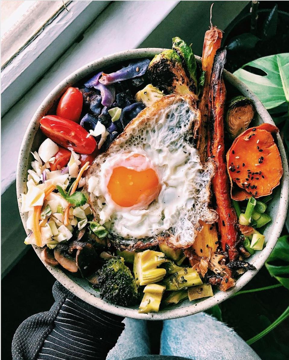 Frühstücksbowl mit Spiegelei und Gemüse