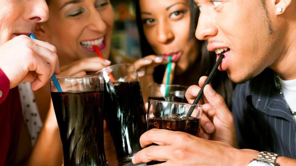 Cola trinken mit Freunden