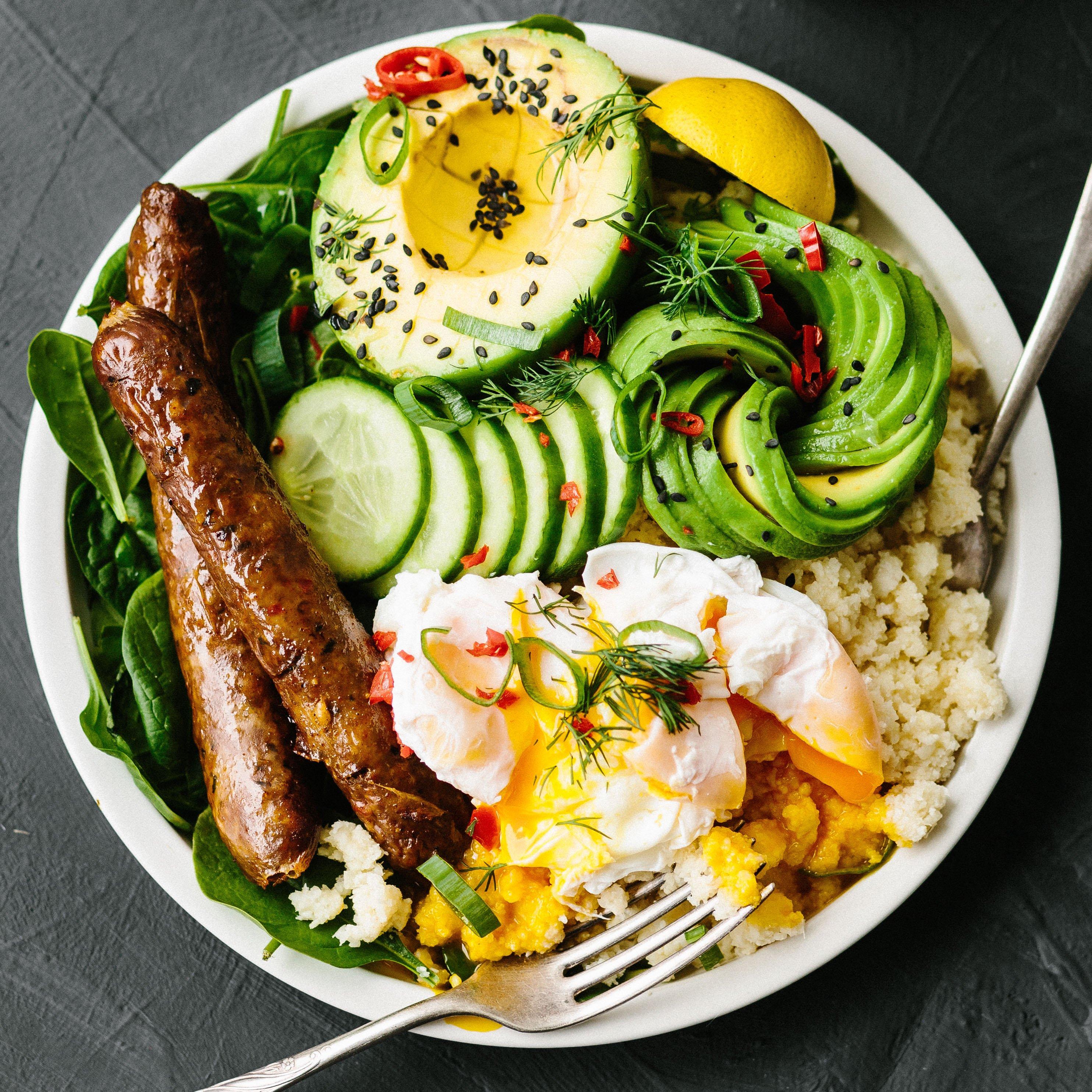 Frühstücksbowl Gemüse Reis Avocado