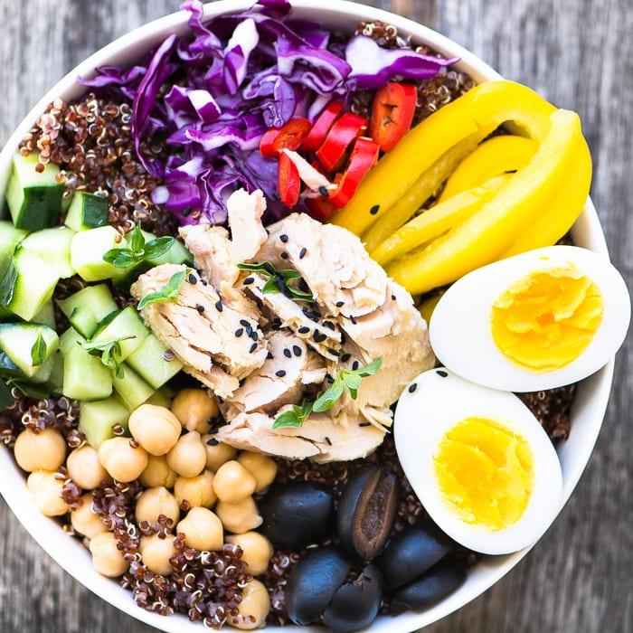 Frühstücksbowl Eier Gemüse Obst Fisch