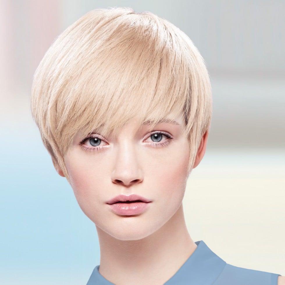 Garcon Gut langer Pony blondes Haar