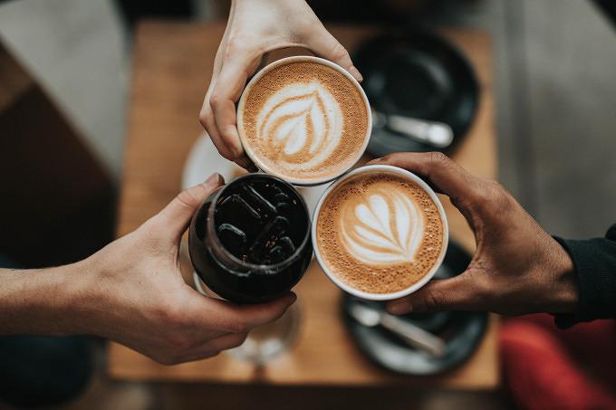 beliebte Getränke mit Koffein Kaffee Cola