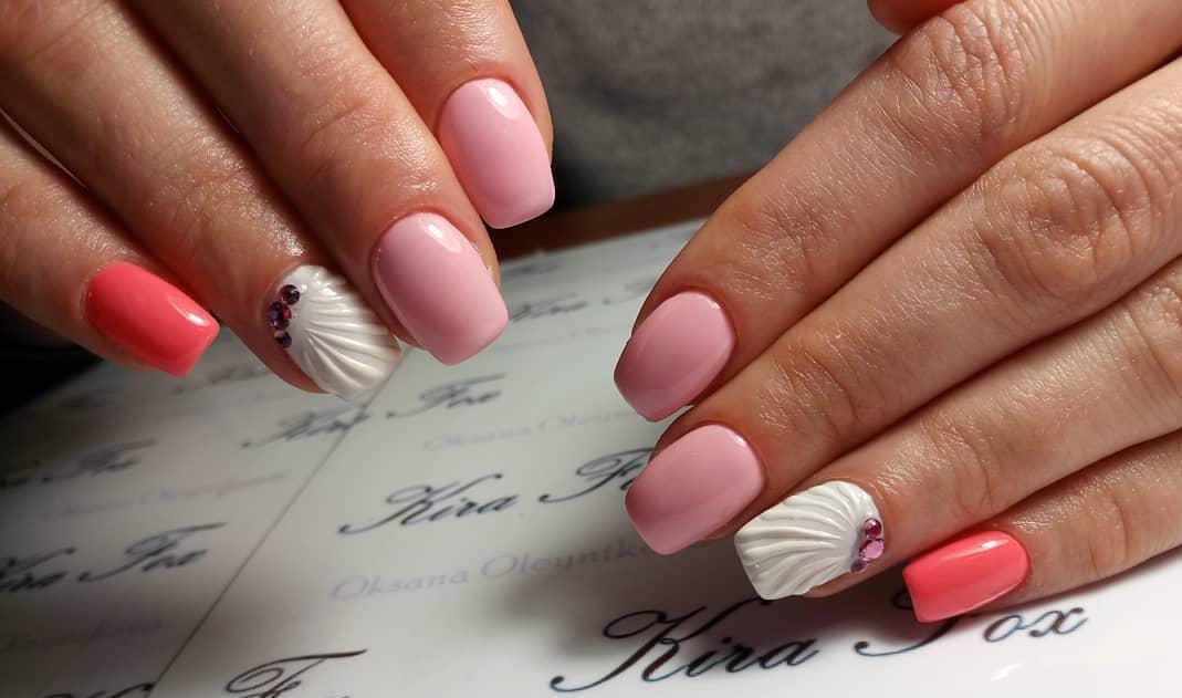 rosa Maniküre weiße Kunstnägel Muschelmuster