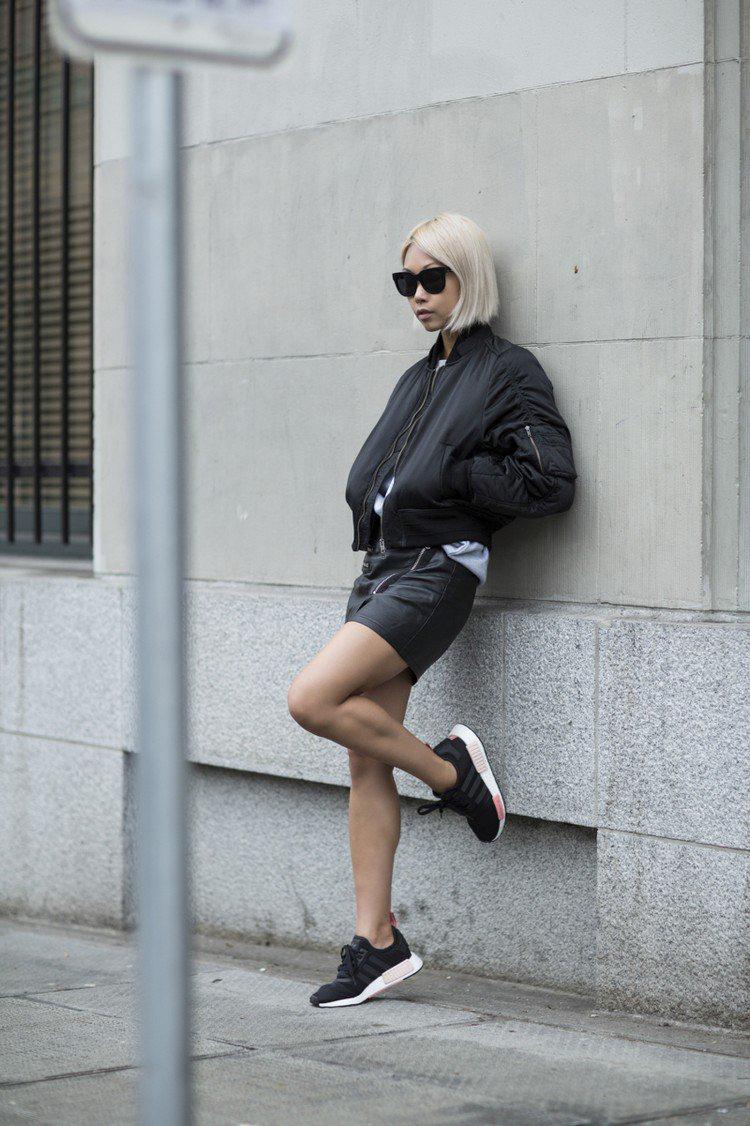 Adidas NMD Damen tragen Lederrock Sonnenbrillen