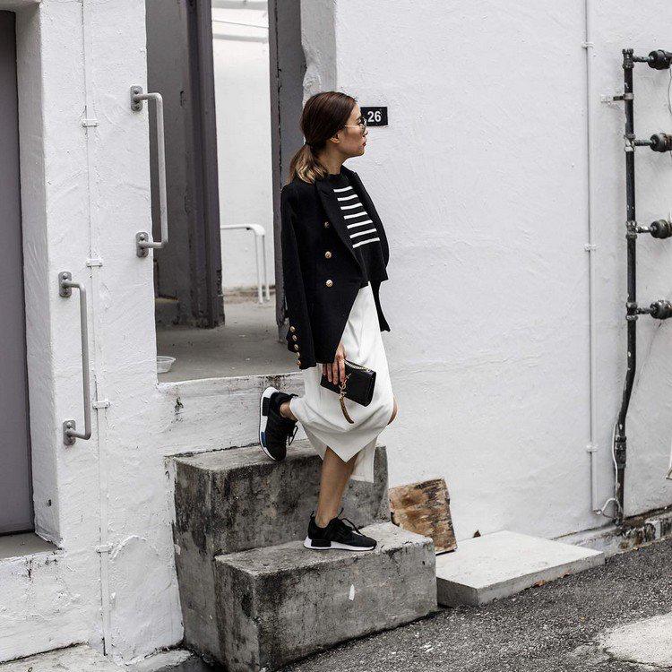 Adidas NMD Damen tragen mit Blazer und Rock