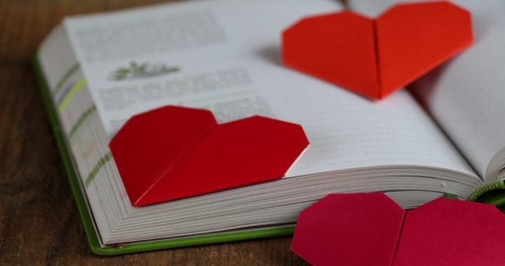 Origami Herz als Lesezeichen verwenden