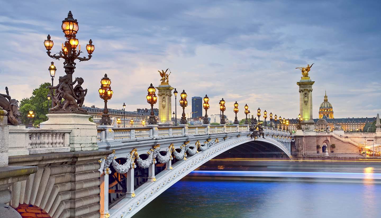 Frauen unterwegs nach Paris reisen