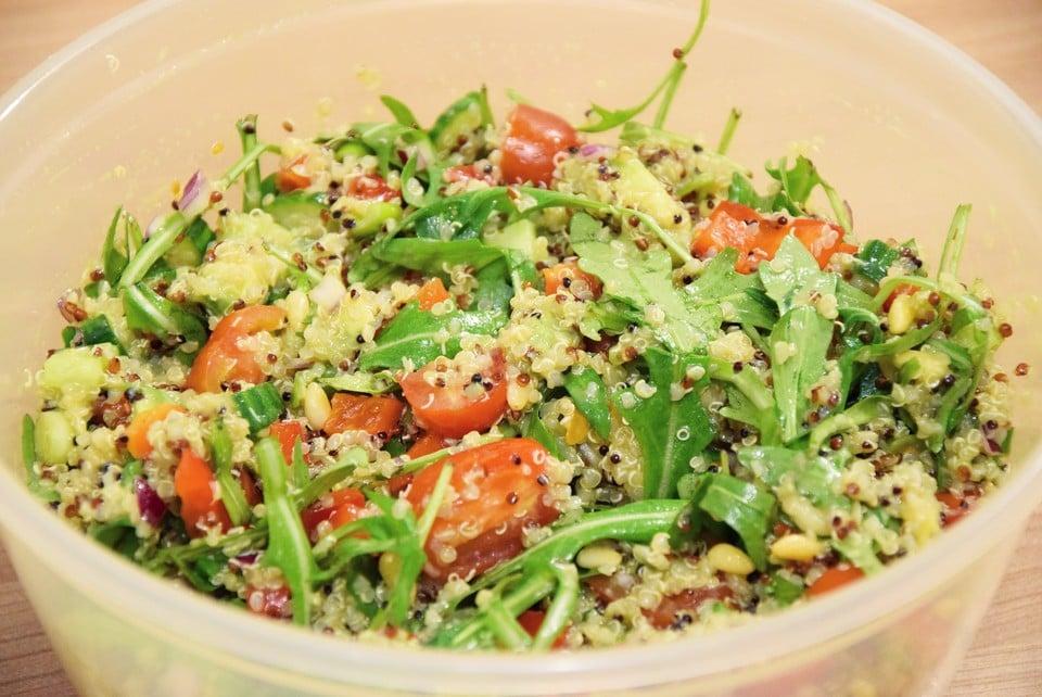 leichtes Abendessen Quinoasalat mit Kirschtomaten und Kresse