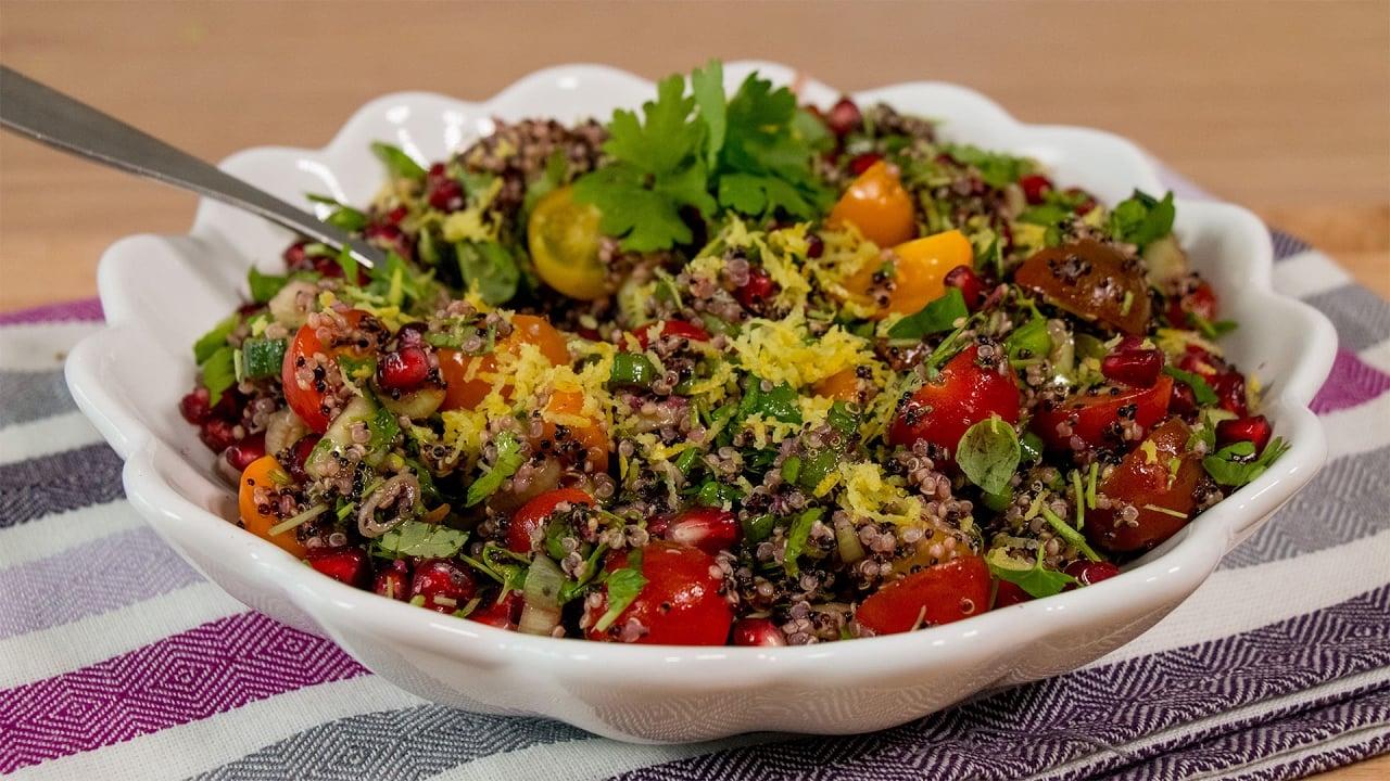 Quinoasalat mit Kräutern und Kirschtomaten