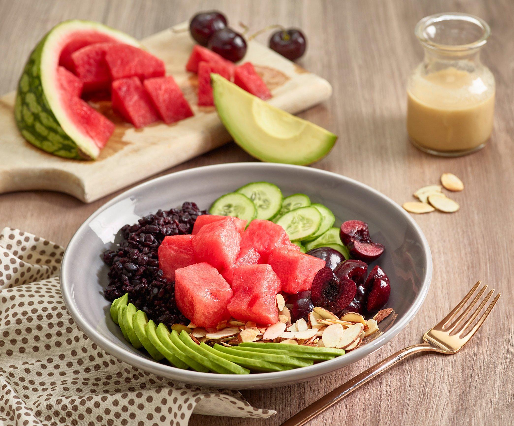 Schüssel mit frischem Obst und Gemüse