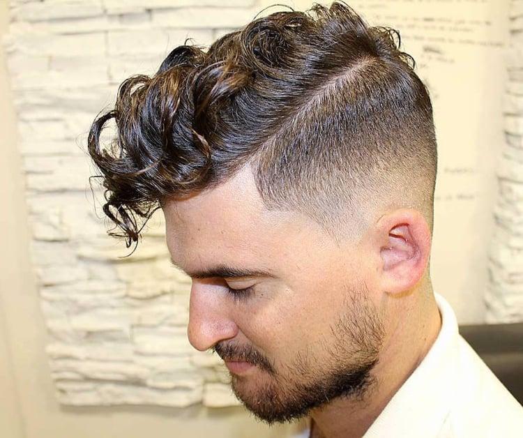 moderne Männerfrisur Undercut lockiges Haar