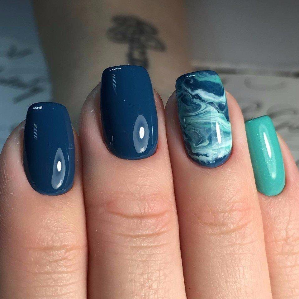 sommerliche Nägel verschiedene Blautöne Marmor Effekt