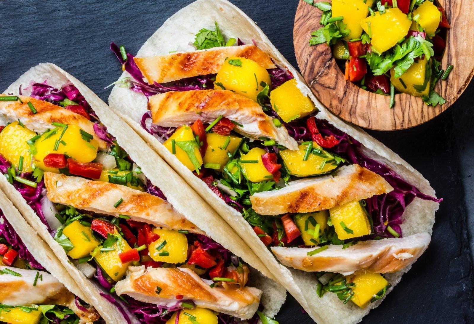 leckere Tacos mit Hähnchenfleisch und Ananas