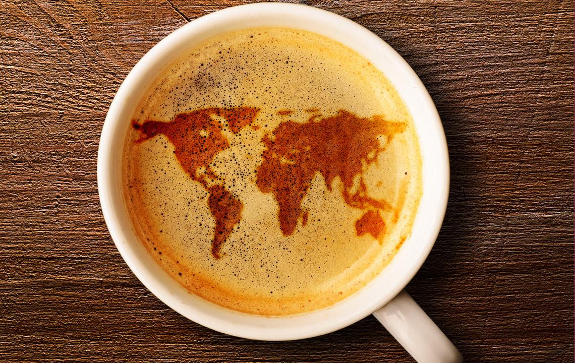 Kaffee trinken Schaum Weltkarte herrlicher Look