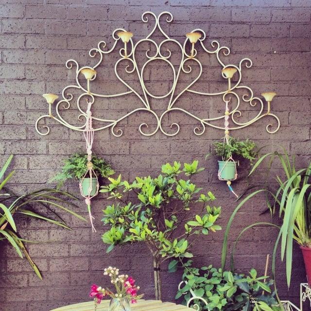 Terrasse dekorieren hängende Blumentöpfe