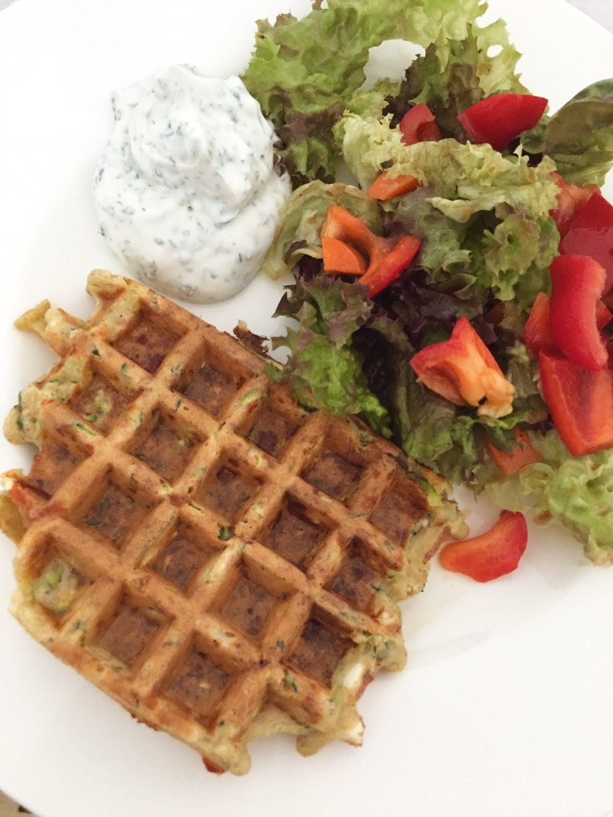 Zucchiniwaffeln mit Sahnesoße und Salat