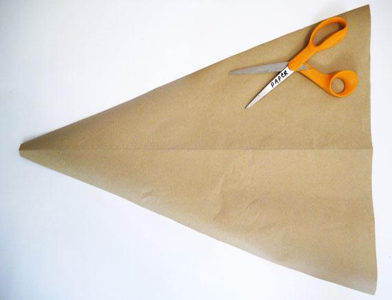 Zuckertüte basteln Dreieck ausschneiden Verpackungspapier