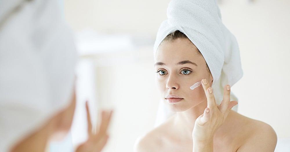 Hautpflege Creme auftragen Gesicht