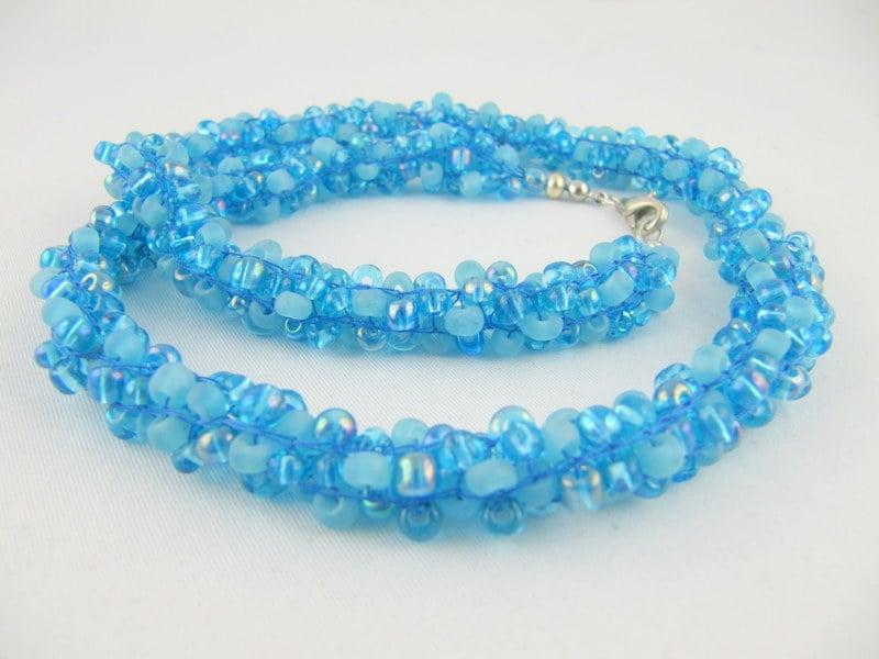 Armband gestrickt Perlen blau