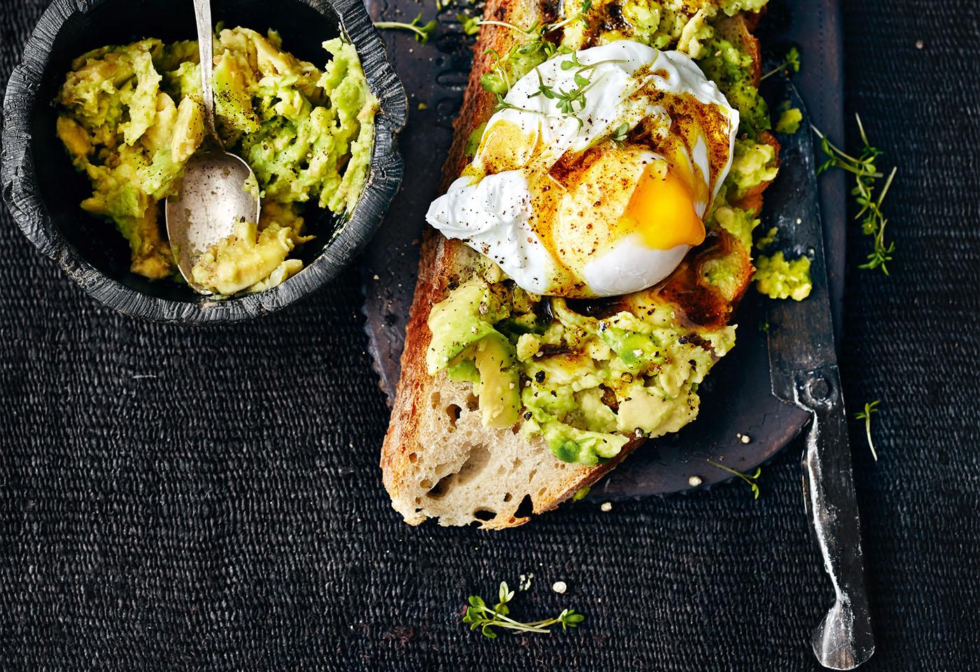 gesundes Frühstück Avocadobrot mit pochiertem Ei