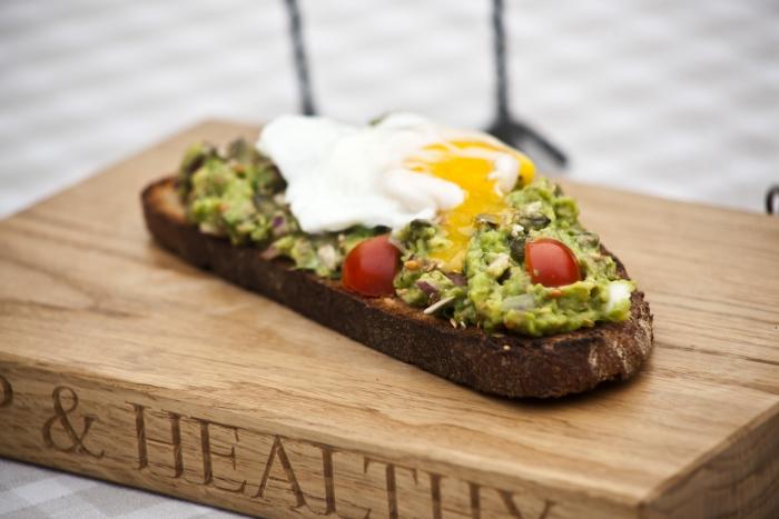 gesundes Frühstück Brotaufstrich Avocado Ei