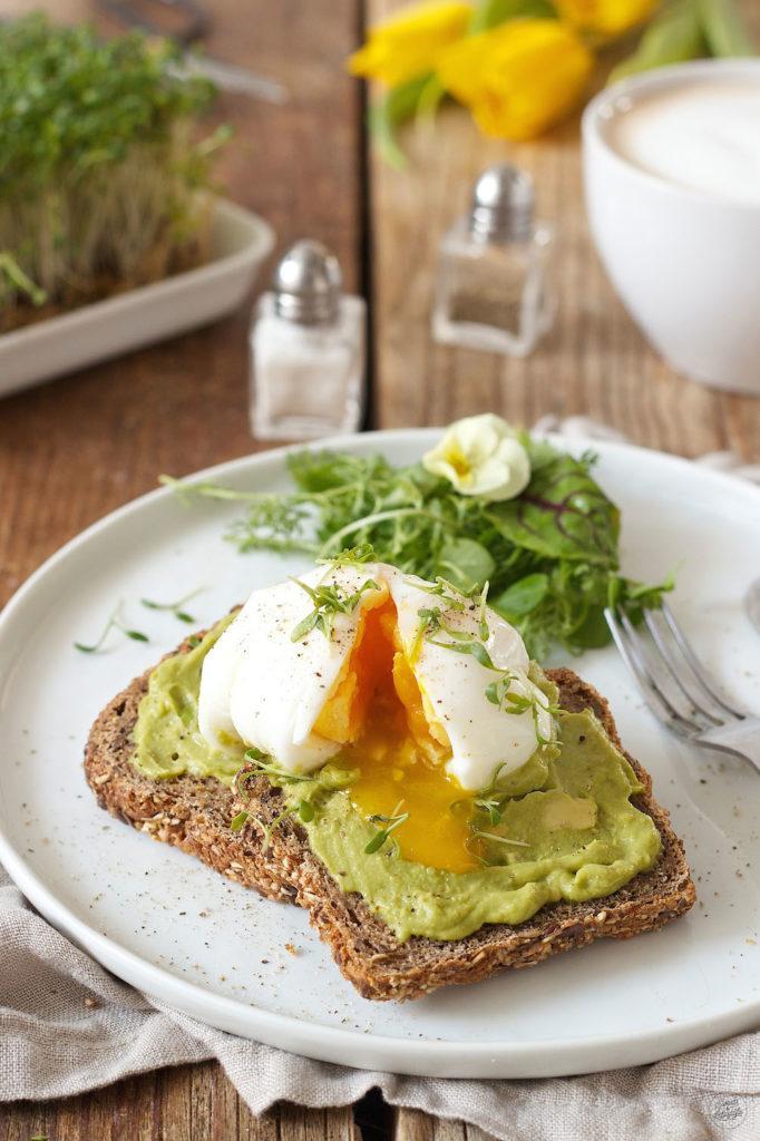 gesundes Frühstück Toastbrot mit Avocado und Ei wirklich lecker