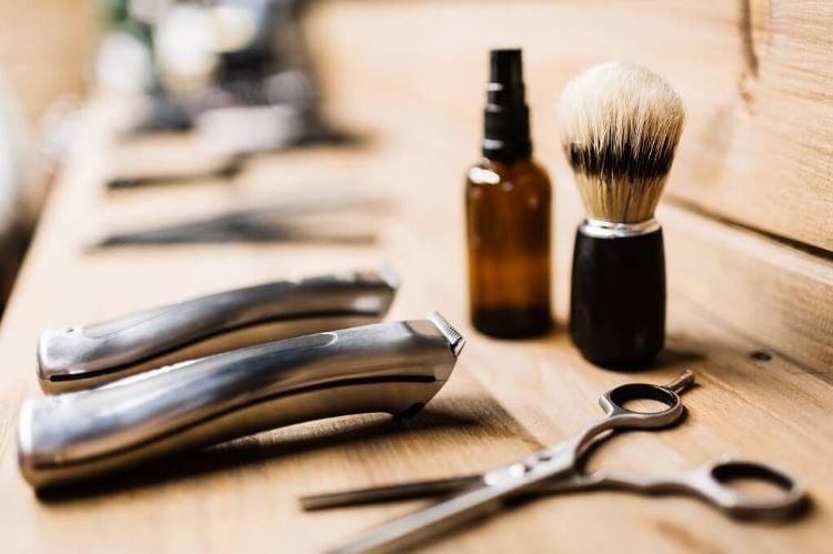 Bartpflege nötige Utensilien