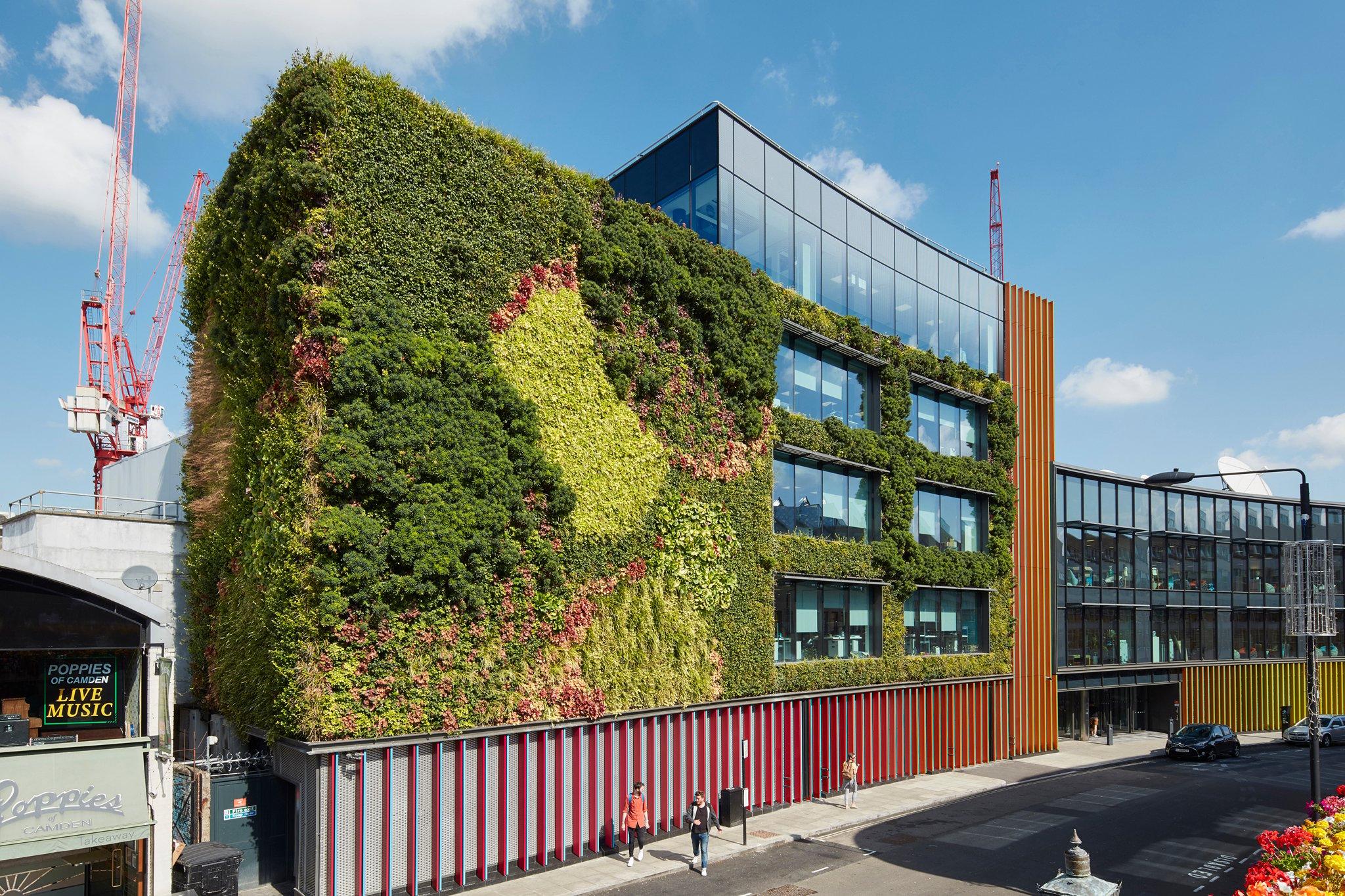 grüne Fassade modernes Gebäude Stadt